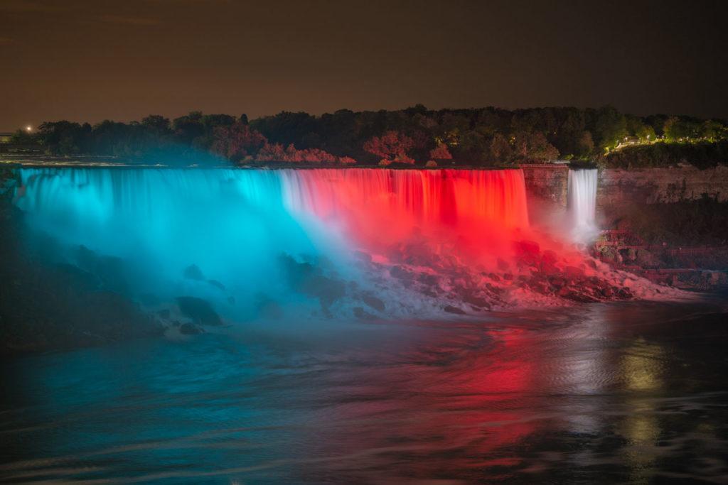 In der Nacht werden die Wasserfälle mit psychedelischen Farben beschienen - Geschmackssache. Niagara Wasserfälle, Ontario, Kanada