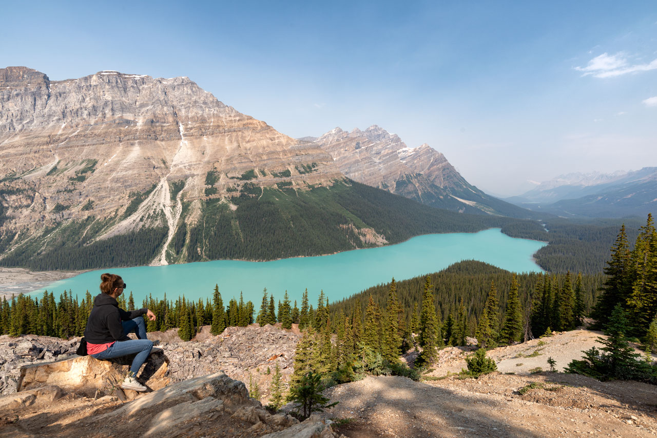 Yvonne genießt die Aussicht am Peyton Lake in Banff