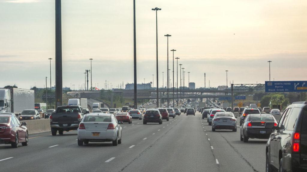 Ein Meer von Autos kriegen wir bei der Fahrt durch Toronto zu sehen.