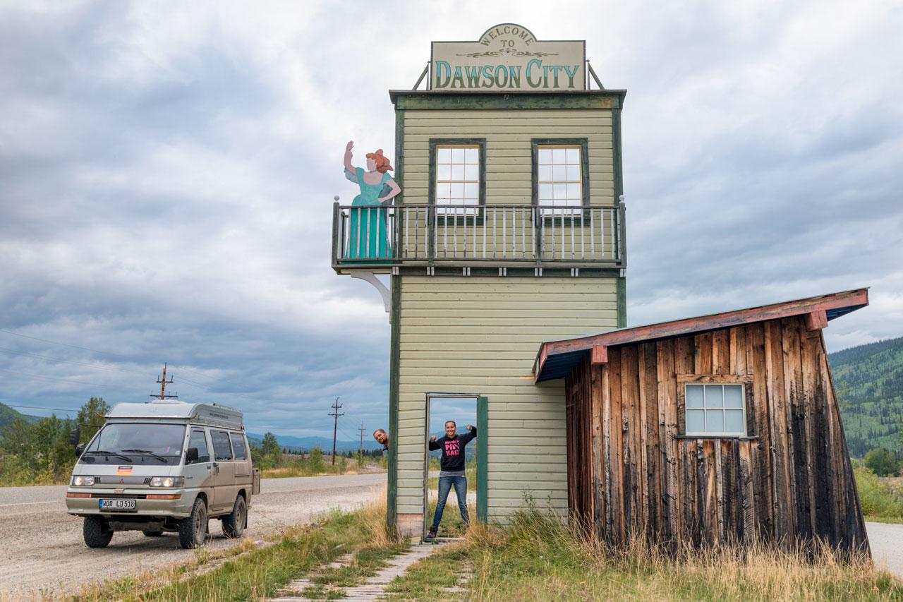 Das Ortschild von Dawson City