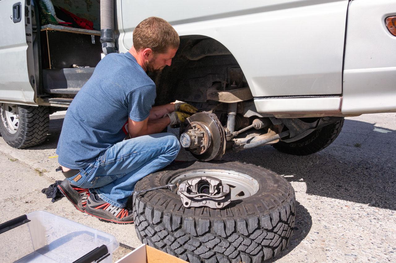 Das Bockerl bekommt neue Bremssättel und Bremsleitungen verpasst.